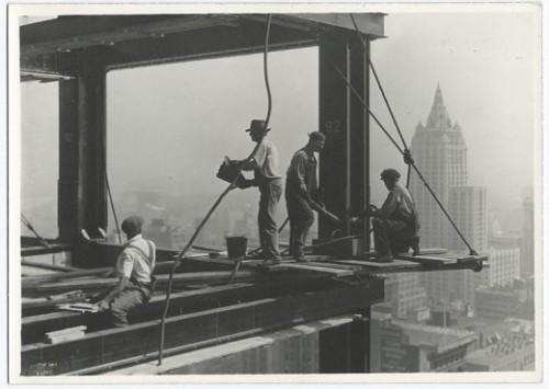 Riveters-attaching-a-beam-1931-520x370-500x355