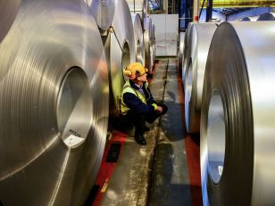 skynews-steel-factory-worker_4325535